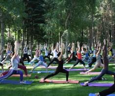 Летняя йога в парке с Гаятри