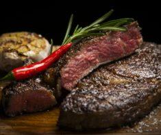 Где в Алматы готовят вкусные стейки?