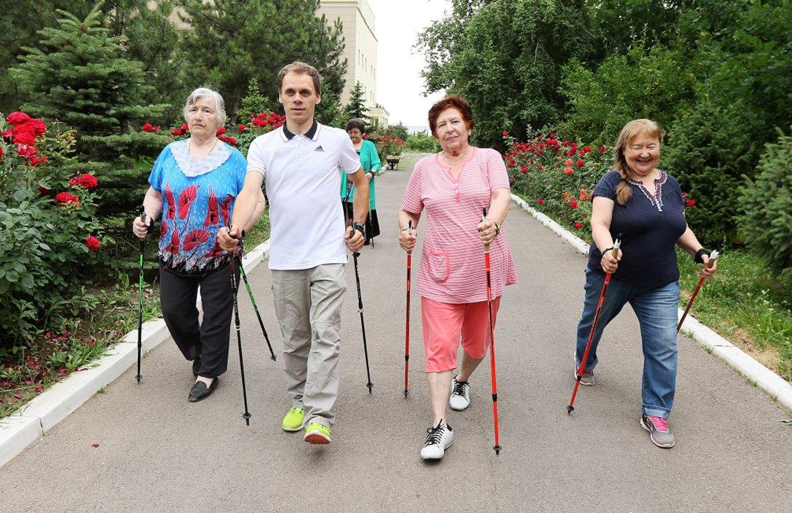 скандинавская ходьба пожилые картинка счастливым