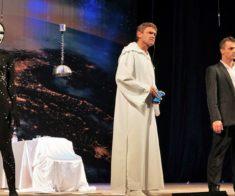 Игорь Лифанов в спектакле «Бесконечное начало»