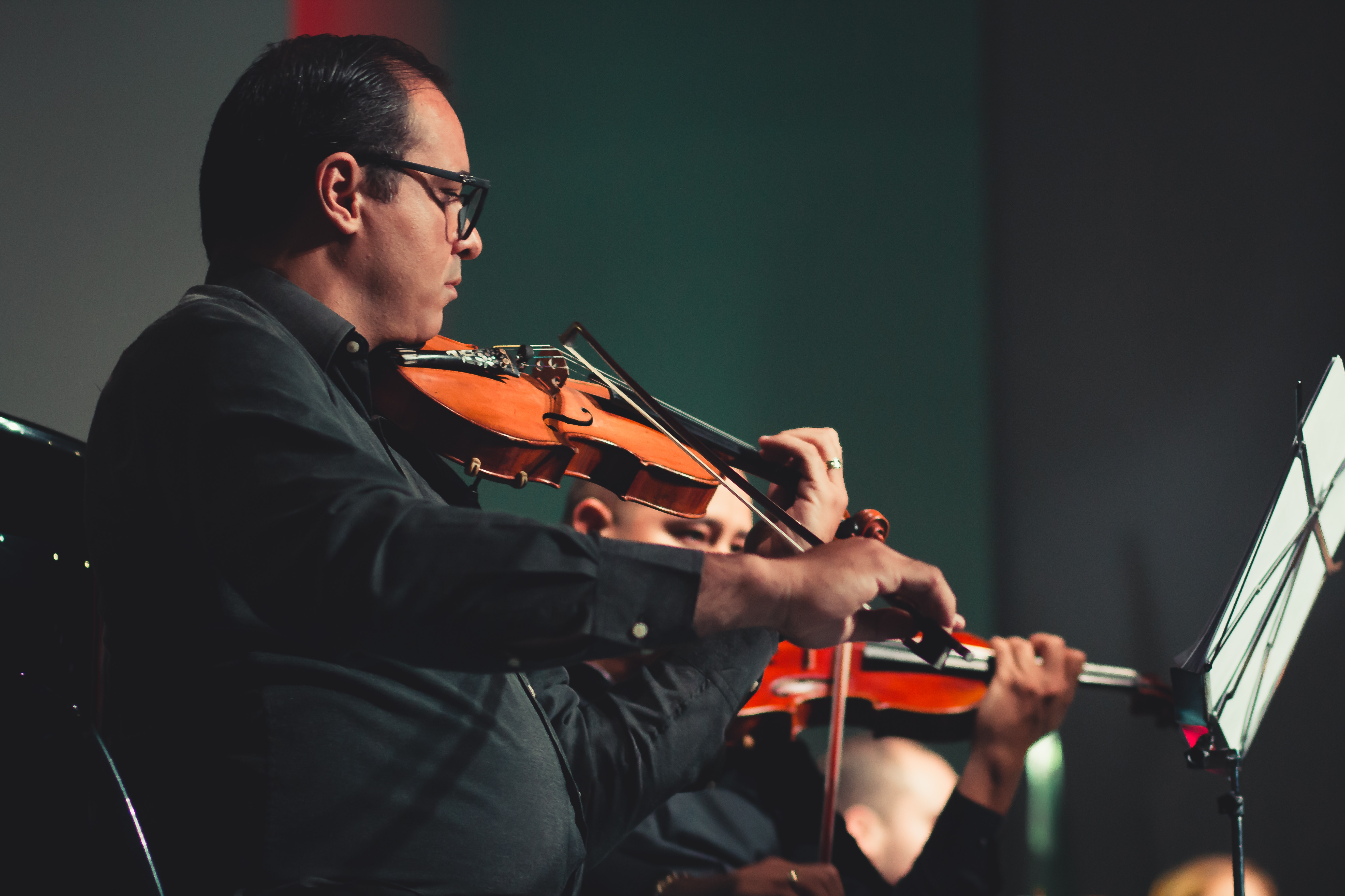 man-playing-violin-on-stage-2102573