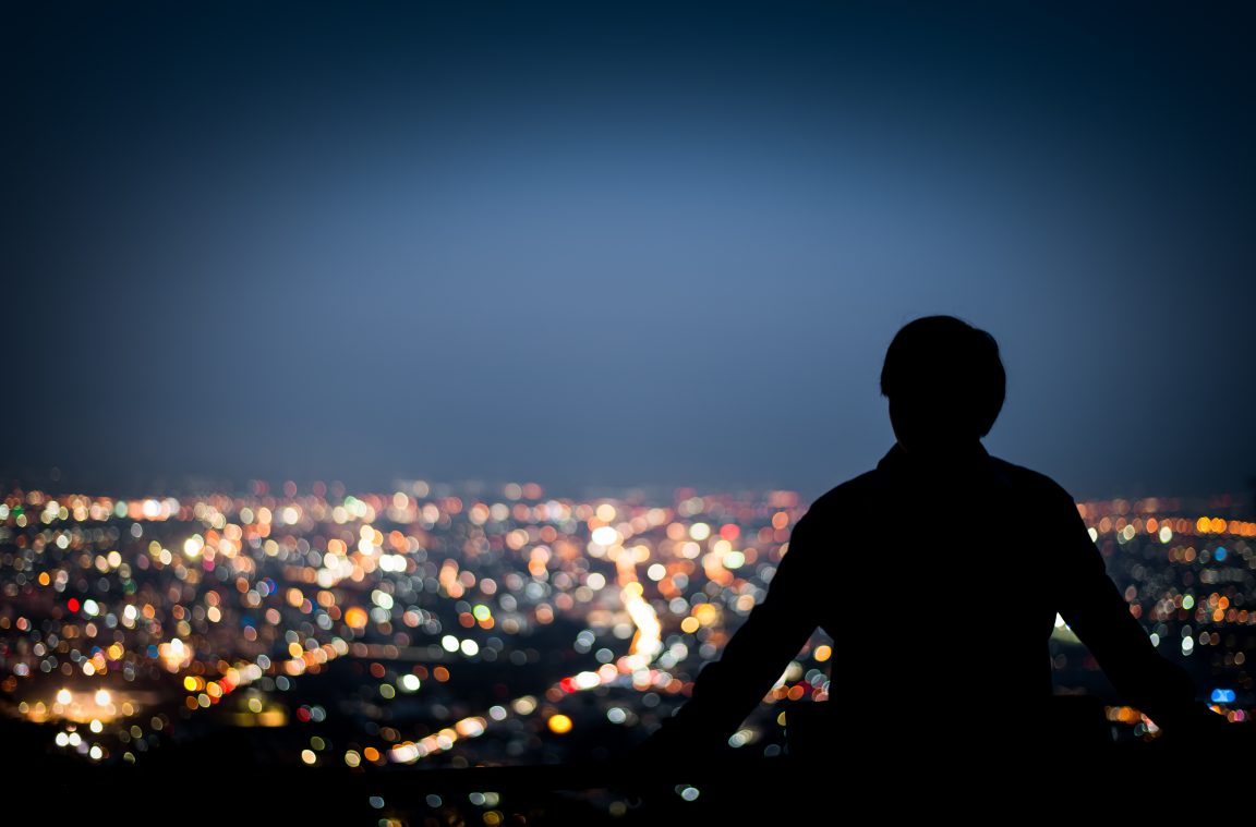 картинки человек на фоне ночного города знаю точное название