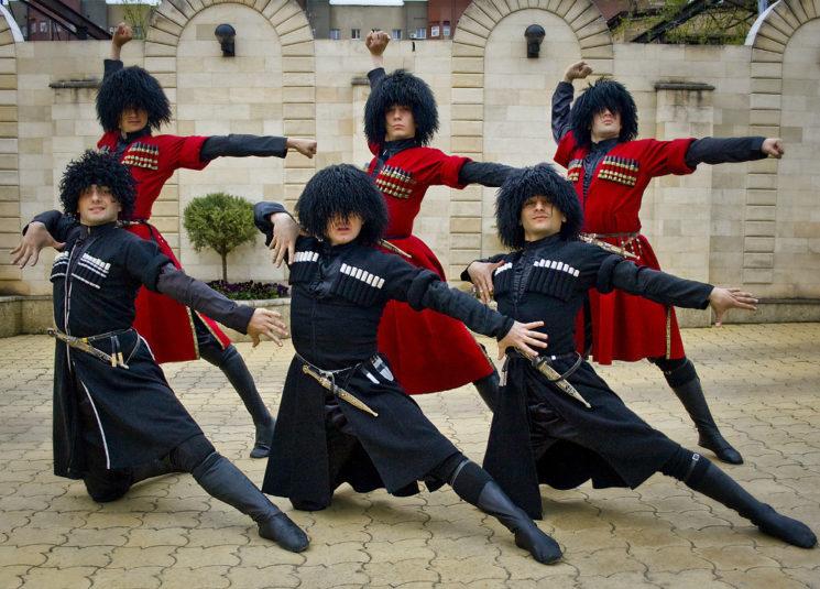 Музыка кавказа — это инструментальные танцевальные композиции, под которые танцуют лезгинку, и лирические песни с женским вокалом.