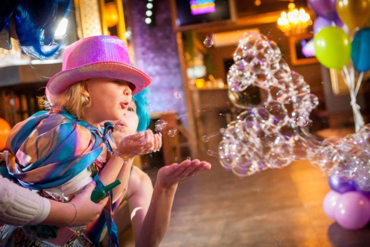 Мыльные пузыри с детьми