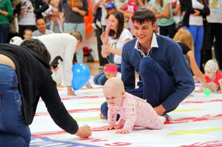 Соревнования по ползанию среди малышей