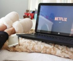 Что смотреть на карантине: топ сериалов для девушек